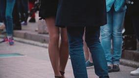 Den härliga närbildsikten av mannen och kvinnlign lägger benen på ryggen göra en latin - amerikansk dans tillsammans på en rolig  arkivfilmer