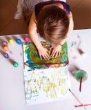 Den härliga nätta lilla flickan drar en abstrakt bild av PA royaltyfria bilder