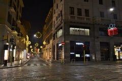 Den härliga nattsikten till som dekoreras för julen, semestrar den huvudsakliga modegatan Montenapoleone arkivfoton