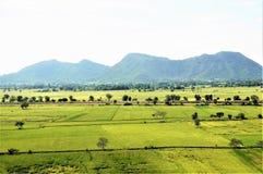 Den härliga naturen av Thailand Berg tecknad film fields grön illustrationstil arkivfoton