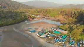 Den h?rliga naturen av tillst?ndet av Goa n?ra den Palole stranden p? solnedg?ngen och fiskeb?tar india surrsikt arkivfilmer