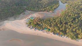Den h?rliga naturen av tillst?ndet av Goa n?ra den Palole stranden p? solnedg?ngen och fiskeb?tar india surrsikt lager videofilmer