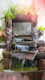 Den härliga naturen i trädgård med vattenfallet på stenväggen Fou Fotografering för Bildbyråer