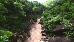 Den härliga naturen med stort vaggar den kulleberget och floden på den Obluang nationalparken, Chiangmai, Thailand stock video