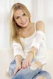 Den härliga och attraktiva blonda kvinnan som poserar i jeans, klär Arkivfoton