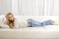 Den härliga och attraktiva blonda kvinnan som poserar i jeans, klär Royaltyfria Foton