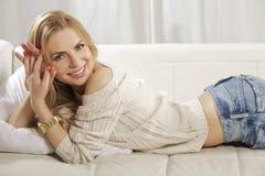 Den härliga och attraktiva blonda kvinnan som poserar i jeans, klär Fotografering för Bildbyråer