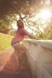 Den härliga och attraktiva kvinnasidan som poserar, bärande sexig tillfällig grov bomullstvill, kortsluter med makramén fotografering för bildbyråer