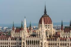 Den härliga och berömda ungerska parlamentbyggnaden vid Danubet River royaltyfria bilder