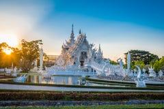 Den härliga och fantastiska vita konsttemplet på Wat Rong Khun Chiang Rai, Thailand är det en turist- destination arkivbilder