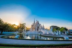 Den härliga och fantastiska vita konsttemplet på Wat Rong Khun Chiang Rai, Thailand är det en turist- destination landmark arkivfoton