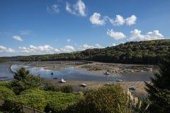 Den härliga och fridsamma Fowey breda flodmynningen i Cornwall, England royaltyfria foton