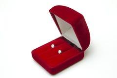 Den härliga och lyxiga diamanthalsbandet jewely med cirkeln, öracirklar ställde in i röd ask på vit bakgrund Royaltyfri Foto