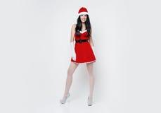 Den härliga och sexiga kvinnan klär som ett sexiga Santa Claus Arkivfoto