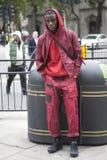 Den härliga och stilfulla mannen i röd skjorta och jeans som poserar under London, danar vecka utvändiga Eudon Choi Arkivbilder