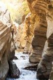Den härliga osedda höjdpunkten vaggar klippan med floden i det Narn landskapet Thailand Royaltyfria Bilder