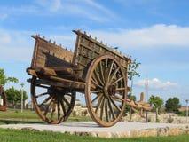 Den härliga påfyllningvagnen som dras av mycket gamla djur och tas väl, att bry sig av royaltyfria foton