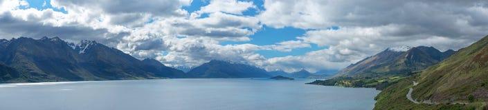 Den härliga panoramat beskådar laken Wakatipu, Queenstown som är nyazeeländsk arkivbilder
