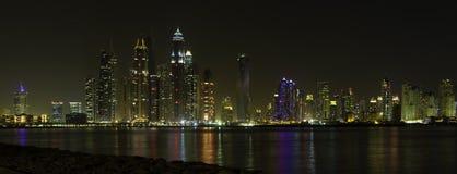 Den härliga panoramautsikten av Dubai på nattetid, UAE förenade araben Royaltyfri Fotografi