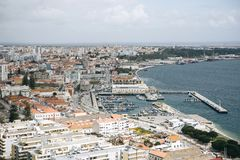 Den härliga panoramautsikten från ovannämnt till hamnstaden av Setubal i Portugal lokaliserade på den atlantiska kusten Royaltyfri Fotografi