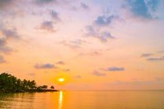 Den härliga paradisön med stranden och havet runt om kokosnöten gömma i handflatan Royaltyfri Bild