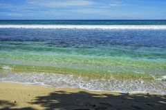Den härliga paradisstranden, vit sand, turkosvatten, gömma i handflatan, seych Fotografering för Bildbyråer