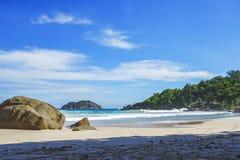 Den härliga paradisstranden, vit sand, turkosvatten, gömma i handflatan, seych Royaltyfri Foto