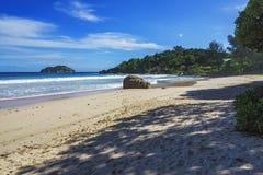 Den härliga paradisstranden, vit sand, turkosvatten, gömma i handflatan, seych Royaltyfria Bilder