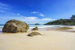 Den härliga paradisstranden, vit sand, turkosvatten, gömma i handflatan, seych Arkivbild