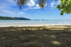 Den härliga paradisstranden, vit sand, turkosvatten, gömma i handflatan, seych Royaltyfria Foton