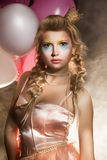 Den härliga princessen med luftar ballonger röker in. Saga Fotografering för Bildbyråer