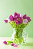 Den härliga purpurfärgade tulpan blommar buketten i vas Royaltyfria Foton