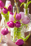 Den härliga purpurfärgade tulpan blommar buketten i vas Arkivfoton