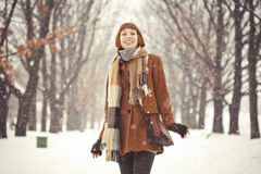 Flickan i vinter parkerar Arkivbilder