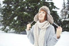 Flickan i vinter parkerar Royaltyfri Fotografi