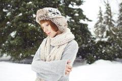 Flickan i vinter parkerar Royaltyfria Foton