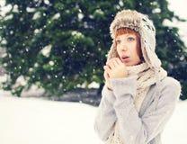 Flickan i vinter parkerar Royaltyfri Bild