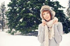 Flickan i vinter parkerar Arkivfoto