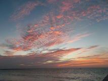 Den härliga röda himlen på solnedgången arkivfoto