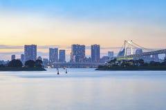 Den härliga regnbågebron och stadsscape av odaibaen härbärgerar tokyo Royaltyfri Foto