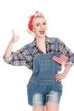 Den härliga retro kvinnan ger tummar gör en gest upp fira 4th Ju Arkivbilder