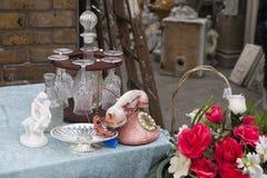 Den härliga rosen av konstgjorda blommor och gamla rosa färger ringer med skivan Royaltyfri Fotografi