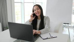Den härliga sekreteraren som talar på telefonen i det vita kontoret, flicka som chefen skrivar ut text på bärbara datorn på skriv lager videofilmer