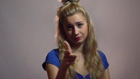 Den härliga sexiga blonda flickan i blåttklänning är punkt på dig i studio med ljus bakgrund Motivationvideo lager videofilmer