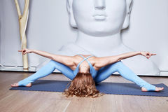 Den härliga sexiga blonda kvinnan med perfekt idrotts- bantar kroppshap Arkivfoton