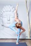 Den härliga sexiga blonda kvinnan med perfekt idrotts- bantar kroppshap Royaltyfria Foton