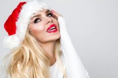Den härliga sexiga blonda kvinnliga modellen klädde som Santa Claus i ett r Royaltyfri Foto