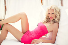 Den härliga sexiga blondinen lägger på soffan royaltyfri bild