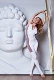 Den härliga sexiga blondinen med perfekt idrotts- bantar det förlovade diagramet Royaltyfria Foton
