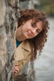 Den härliga sexiga brunettflickan poserar nära stenväggen Arkivfoto